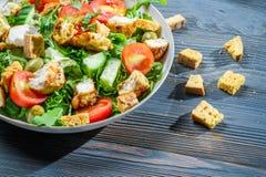 Υγιής σαλάτα που γίνεται ââof τα φρέσκα λαχανικά Στοκ φωτογραφία με δικαίωμα ελεύθερης χρήσης