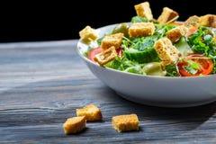 Υγιής σαλάτα που γίνεται ââof τα φρέσκα λαχανικά Στοκ Φωτογραφίες