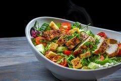Υγιής σαλάτα που γίνεται ââwith τα λαχανικά και το κοτόπουλο Στοκ Φωτογραφίες