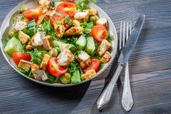 Υγιής σαλάτα που γίνεται ââwith τα φρέσκα λαχανικά Στοκ Φωτογραφία