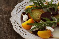 Υγιής σαλάτα τεύτλων με τα κόκκινα, άσπρα, χρυσά τεύτλα, arugula, καρύδια, τυρί φέτας στο ξύλινο υπόβαθρο Στοκ φωτογραφίες με δικαίωμα ελεύθερης χρήσης