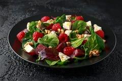 Υγιής σαλάτα τεύτλων με το σμέουρο, τα καρύδια ξύλων καρυδιάς και το τυρί φέτας στοκ φωτογραφία με δικαίωμα ελεύθερης χρήσης