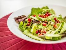Υγιής σαλάτα των φρέσκων λαχανικών και των σπόρων ροδιών στοκ εικόνες