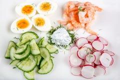 Σαλάτα με τα αυγά, αγγούρι, ραδίκια και shripms Στοκ Φωτογραφία