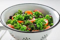 Υγιής σαλάτα κατσαρού λάχανου με τα πράσινα μπιζέλια και τις ντομάτες κερασιών Στοκ Εικόνες