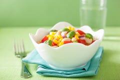 Υγιής σαλάτα καλαμποκιού με τον άσπρο βασιλικό φασολιών κρεμμυδιών ντοματών Στοκ Εικόνες