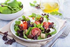 Υγιής σαλάτα με τις ελιές ντοματών και το τυρί φέτας Στοκ Εικόνες