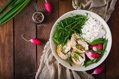 Υγιής σαλάτα με τους ρόλους, τα ραδίκια, το σπανάκι, το arugula και το ρύζι κοτόπουλου Στοκ φωτογραφία με δικαίωμα ελεύθερης χρήσης