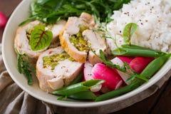 Υγιής σαλάτα με τους ρόλους, τα ραδίκια, το σπανάκι, το arugula και το ρύζι κοτόπουλου Στοκ φωτογραφίες με δικαίωμα ελεύθερης χρήσης