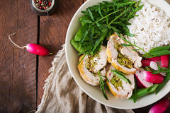 Υγιής σαλάτα με τους ρόλους, τα ραδίκια, το σπανάκι, το arugula και το ρύζι κοτόπουλου Στοκ Φωτογραφίες