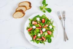 Υγιής σαλάτα με το σπανάκι, το arugula και τις φράουλες στο πιάτο Στοκ φωτογραφία με δικαίωμα ελεύθερης χρήσης