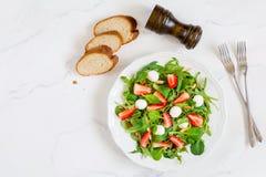 Υγιής σαλάτα με το σπανάκι, το arugula και τις φράουλες στο πιάτο Στοκ εικόνα με δικαίωμα ελεύθερης χρήσης