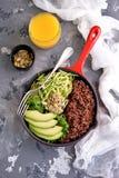 Υγιής σαλάτα με quinoa, το αβοκάντο, το αγγούρι και το ραδίκι με το φύλλο μαρουλιού και το ελαιόλαδο Στοκ φωτογραφίες με δικαίωμα ελεύθερης χρήσης