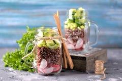 Υγιής σαλάτα με quinoa, το αβοκάντο, το αγγούρι και το ραδίκι με το φύλλο μαρουλιού και το ελαιόλαδο Στοκ Φωτογραφία