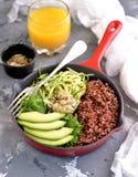 Υγιής σαλάτα με quinoa, το αβοκάντο, το αγγούρι και το ραδίκι με το φύλλο μαρουλιού και το ελαιόλαδο Στοκ φωτογραφία με δικαίωμα ελεύθερης χρήσης