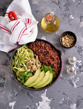 Υγιής σαλάτα με quinoa, το αβοκάντο, το αγγούρι και το ραδίκι με το φύλλο μαρουλιού και το ελαιόλαδο Στοκ εικόνα με δικαίωμα ελεύθερης χρήσης