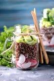 Υγιής σαλάτα με quinoa, το αβοκάντο, το αγγούρι και το ραδίκι με το φύλλο μαρουλιού και το ελαιόλαδο Στοκ Εικόνα