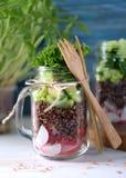 Υγιής σαλάτα με quinoa, το αβοκάντο, το αγγούρι και το ραδίκι με το φύλλο μαρουλιού και το ελαιόλαδο Στοκ εικόνες με δικαίωμα ελεύθερης χρήσης
