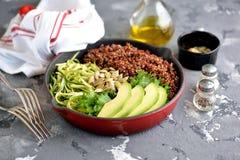 Υγιής σαλάτα με quinoa, το αβοκάντο, το αγγούρι και το ραδίκι με το φύλλο μαρουλιού και το ελαιόλαδο Στοκ Εικόνες