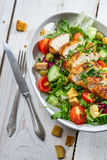 Υγιής σαλάτα που γίνεται με τα φρέσκα λαχανικά Στοκ φωτογραφίες με δικαίωμα ελεύθερης χρήσης