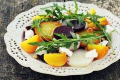 Υγιής σαλάτα τεύτλων με τα κόκκινα, άσπρα, χρυσά τεύτλα, arugula, καρύδια, τυρί φέτας στο ξύλινο υπόβαθρο Στοκ Εικόνα