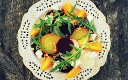Υγιής σαλάτα τεύτλων με τα κόκκινα, άσπρα, χρυσά τεύτλα, arugula, καρύδια, τυρί φέτας στο ξύλινο υπόβαθρο Στοκ φωτογραφία με δικαίωμα ελεύθερης χρήσης