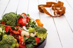 Υγιής σαλάτα τροφίμων από τα λαχανικά και ένα εκατοστόμετρο Στοκ εικόνες με δικαίωμα ελεύθερης χρήσης