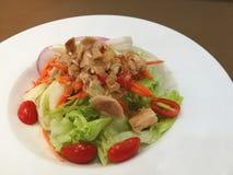 Υγιής σαλάτα τόνου με την ντομάτα μαρουλιού και το ελαφρύ ξίδι που ντύνουν στο άσπρο πιάτο στον ξύλινο πίνακα, τρόφιμα τήξης στιλ Στοκ Εικόνες