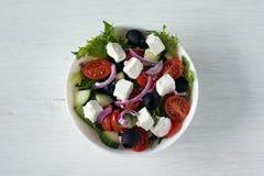 Υγιής σαλάτα φρέσκων λαχανικών στο άσπρο υπόβαθρο Τοπ όψη Στοκ φωτογραφίες με δικαίωμα ελεύθερης χρήσης