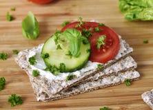 Υγιής σκηνή κατανάλωσης ή να κάνει δίαιτα με το τραγανό ψωμί Στοκ Φωτογραφία
