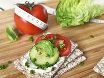 Υγιής σκηνή κατανάλωσης ή να κάνει δίαιτα με το τραγανό ψωμί στοκ εικόνες με δικαίωμα ελεύθερης χρήσης