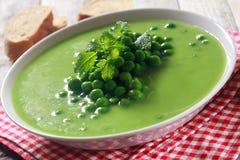 Υγιής σούπα πράσινων μπιζελιών στο άσπρο ρηχό κύπελλο Στοκ φωτογραφία με δικαίωμα ελεύθερης χρήσης