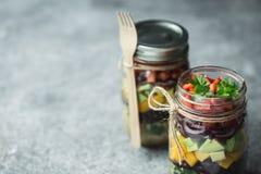 Υγιής σπιτική σαλάτα στο βάζο κτιστών με quinoa και τα λαχανικά Υγιή τρόφιμα, καθαρή κατανάλωση, διατροφή και detox διάστημα αντι στοκ φωτογραφία με δικαίωμα ελεύθερης χρήσης