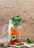 Υγιής σπιτική σαλάτα βάζων του Mason με chickpeas και τα λαχανικά Στοκ Εικόνες