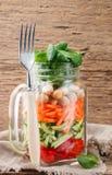 Υγιής σπιτική σαλάτα βάζων του Mason με chickpeas και τα λαχανικά Στοκ εικόνες με δικαίωμα ελεύθερης χρήσης
