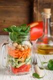 Υγιής σπιτική σαλάτα βάζων του Mason με chickpeas και τα λαχανικά Στοκ φωτογραφίες με δικαίωμα ελεύθερης χρήσης