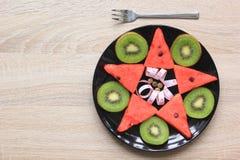 Υγιής ταινία τροφίμων και μέτρου στο κύπελλο με το δίκρανο στον ξύλινο πίνακα, έννοια διατροφής στοκ εικόνα
