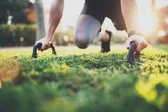 υγιής τρόπος ζωής έννοιας Αρσενικός αθλητής που ασκεί την ώθηση επάνω στο εξωτερικό στο ηλιόλουστο πάρκο Κατάλληλο πρότυπο ικανότ Στοκ φωτογραφίες με δικαίωμα ελεύθερης χρήσης