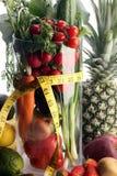 υγιής τρόπος ζωής έννοιας μέτρηση του εξοπλισμού αθλητικής ικανότητας ταινιών και των υγιών τροφίμων (φρούτα και λαχανικά, dumbel Στοκ Εικόνες