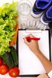 υγιής τρόπος ζωής έννοιας Σχέδιο απώλειας βάρους γραψίματος με τη διατροφή και την ικανότητα φρέσκων λαχανικών στοκ φωτογραφία με δικαίωμα ελεύθερης χρήσης