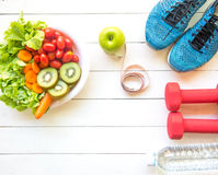 Υγιής τρόπος ζωής για τη διατροφή γυναικών με τον αθλητικό εξοπλισμό, πάνινα παπούτσια, που μετρά την ταινία, τα φυτικά φρέσκα, π