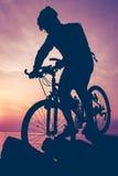 Υγιής τρόπος ζωής Σκιαγραφία του bicyclist που οδηγά το ποδήλατο στο SE Στοκ εικόνα με δικαίωμα ελεύθερης χρήσης
