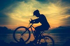 Υγιής τρόπος ζωής Σκιαγραφία του bicyclist που οδηγά το ποδήλατο στο SE Στοκ Εικόνες