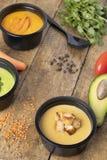 Υγιής τρόπος ζωής της σούπας μπιζελιών, κολοκύθας και avacado, έτοιμο γεύμα που τρώει στα εμπορευματοκιβώτια στοκ φωτογραφίες