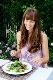 Υγιής τρώγοντας γυναίκα τρόπου ζωής που έχει τη σαλάτα υπαίθρια στοκ φωτογραφία με δικαίωμα ελεύθερης χρήσης