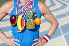 Υγιής τρώγοντας νικητής με τα μετάλλια φρούτων Στοκ εικόνα με δικαίωμα ελεύθερης χρήσης