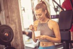 Υγιής φάτε Γυναίκα στη γυμναστική στοκ φωτογραφία με δικαίωμα ελεύθερης χρήσης