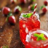 υγιής φράουλα διαλύματος ανθρώπων κοκτέιλ Στοκ φωτογραφία με δικαίωμα ελεύθερης χρήσης