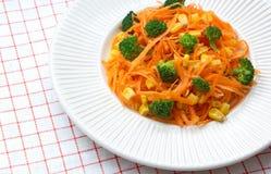 υγιής φρέσκια σαλάτα καρότων με τα κομμάτια του μπρόκολου και των δημητριακών Στοκ Εικόνες