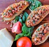 Υγιής φρυγανιά bruschetta συνταγής που ολοκληρώνεται με τα λαχανικά στοκ φωτογραφία